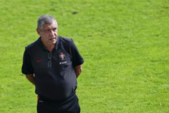 epa05576172 Portuguese national soccer team head coach Fernando Santos leads his team's training session in Aveiro, Portugal, 08 October 2016. Portugal will face the Faroe Islands in the FIFA World Cup 2018 qualifying soccer match on 10 October 2016. EPA/PAULO NOVAIS