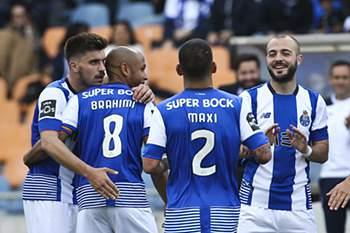Brahimi celebra o golo da vitória do FC Porto em Coimbra.