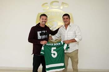 Adrien Silva entrega uma camisola simbólica a Fernando Mendes.