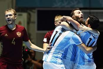 Jogadores da Argentina celebram a vitória sobre a Rússia na final do Mundial de futsal.