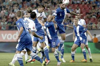 epa04913601 Finland's Joona Toivio (C) heads the ball during the UEFA EURO 2016 qualifying soccer match between Greece and Finland at Karaiskaki stadium in Piraeus, near Athens, Greece, 4 September 2015.