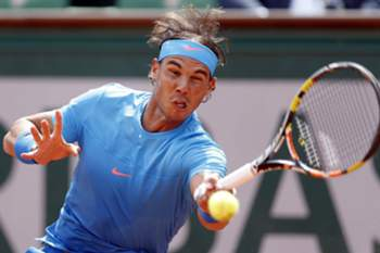epa04768438 Rafael Nadal of Spain in action against Quentin Halys of France during their first round match for the French Open tennis tournament at Roland Garros in Paris, France, 26 May 2015. EPA/YOAN VALAT