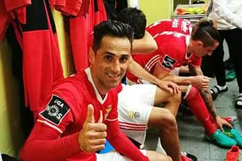 Jonas agradece aos adeptos do Benfica no balneário do Estádio da Amoreira no Estoril.