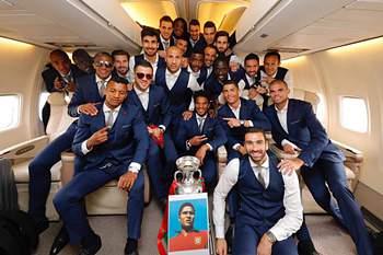 Os jogadores portugueses com a Taça de Campeões da Europa no avião de regresso a Portugal.