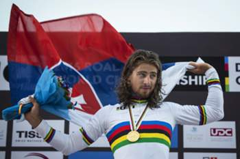 epa05587889 Slovakian rider Peter Sagan celebrates on the podium after winning the gold medal in the men's elite road race over 257.5km of the 2016 UCI Road Cycling World Championships in Qatar, Doha, 16 October 2016. EPA/OLIVER WEIKEN