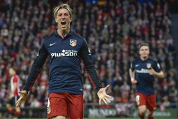 epa05269246 Atletico Madrid's striker Fernando Torres celebrates after scoring the opening goal against Athletic Club during the Spanish Liga Primera Division soccer match played at the San Mames stadium, in Bilbao, northern Spain, 20 April 2016.