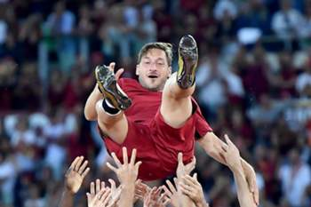 epaselect epa05996298 AS Roma's captain Francesco Totti celebrates with his teammates while he bids farewell at the end of his last soccer match for the Italian Serie A between AS Roma vs Genoa CFC at Olimpico stadium in Rome, Italy, 28 May 2017.