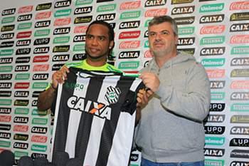 Carlos Alberto apresentado como reforço do Figueirense.