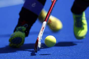epa04810676 Spanish National Team's player Alicia Magaz controls the ball against South Africa during their Women's Field Hockey World League's semifinal series match at Virgen del Carmen-Betero sport complex, in Valencia, eastern Spain, 20 June 2015. EPA/Kai Foersterling