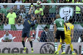 FC Porto goalkeeper Iker Casillhas defends a kick during the Portuguese First League soccer match with Sporting Lisbon held at Alvalade Stadium in Lisbon, Portugal, 28th August 2016. ANTONIO COTRIM/LUSA