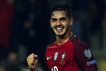 André Silva festeja golo com a camisola de Portugal