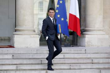 epa04944566 French Prime Minister Manuel Valls leaves the Elysee Palace following the Cabinet Meeting in Paris, France, 23 September 2015. EPA/YOAN VALAT
