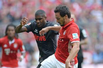 Mats Hummels disputa uma bola com Anthony Modeste no jogo entre Bayern Munique e Colónia.