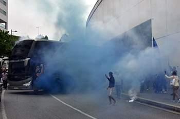 Autocarro do FC Porto sai da garagem do Dragão rumo à fina do Jamor.