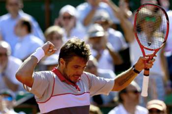 epa04788182 Stan Wawrinka of Switzerland reacts as he plays Novak Djokovic of Serbia during the men's final match for the French Open tennis tournament at Roland Garros in Paris, France, 07 June 2015. EPA/ROBERT GHEMENT