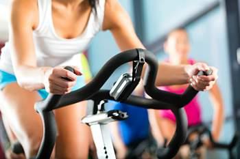 Lá fora, faz frio, mas no interior do ginásio não. Assim, não há desculpas! A prática de atividade física melhora o humor, os aparelhos de musculação reforçam os músculos e equipamentos como a bicicleta, a elíptica e o step, juntamente com a zumba, melhoram a condição física. Remar e saltar à corda tonifica o organismo, enquanto que a prática regular destas modalidades previne o cancro, as doenças cardiovasculares, a diabetes e a osteoporose