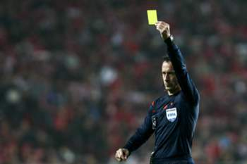 Referee Artur Soares Dias shows a yellow card during the Portuguese First League soccer match between SL Benfica and FC Porto at Luz Stadium in Lisbon, 12th February 2016. JOSÉ SENA GOULÃO/LUSA