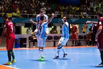 Jogadores argentinos celebram vitória sobre Portugal nas meias-finais do Mundial de futsal.