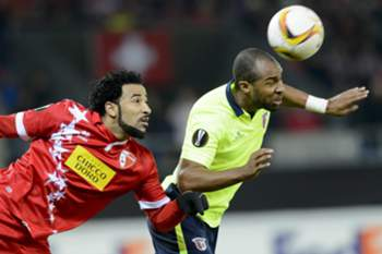 epa05169315 Sion's Carlitos (L) fights for the ball with Braga's Wilson Eduardo during the UEFA Europa League Round of 32, first leg soccer match between FC Sion and SC Braga at the Tourbillon Stadium in Sion, Switzerland, 18 February 2016.