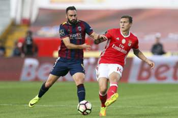 Desportivo de Chaves player Rafa (L) in action against Benfica's Lindelof during their Portuguese First League soccer match, held at Municipal Engº Manuel Branco Teixeira stadium, Chaves, Portugal, 24 September 2016.