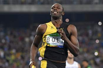 epa05501255 Usain Bolt of Jamaica celebrates winning the men's 4x100m relay final race of the Rio 2016 Olympic Games Athletics, Track and Field events at the Olympic Stadium in Rio de Janeiro, Brazil, 19 August 2016. EPA/FRANCK ROBICHON
