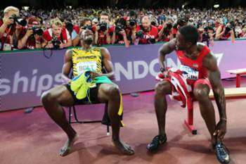 epa04900451 Winner Usain Bolt (L) of Jamaica talks with runner-up Justin Gatlin of the US afer the men's 200m final during the Beijing 2015 IAAF World Championships at the National Stadium, also known as Bird's Nest, in Beijing, China, 27 August 2015. EPA/DIEGO AZUBEL