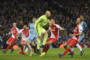 Manchester CIty's Argentinian goalkeeper Willy Caballero (C) claims the ball during the UEFA Champions League Round of 16 first-leg football match between Manchester City and Monaco at the Etihad Stadium in Manchester, north west England on February 21, 2017. / AFP PHOTO / PAUL ELLIS
