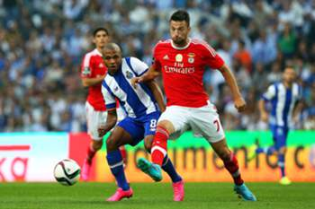 epa04941122 FC Porto's Yacine Brahimi (L) in action against Benfica's Andreas Samaris (R) during the Portuguese First League soccer match between FC Porto and Benfica Lisbon at Dragao stadium in Porto, northern Portugal, 20 September 2015. EPA/ESTELA SILVA