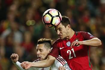 Cédric Soares disputa uma bola com Adam Gyurcso durante o jogo entre Portugal e Hungria.