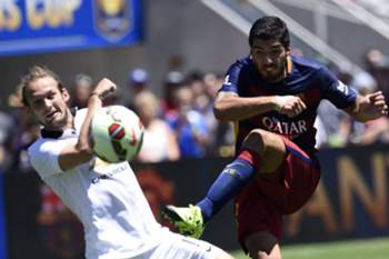 epa04860687 Barcelona's Luis Suarez (R) takes a shot past Manchester United's Daley Blind (L) during the International Champions Cup friendly soccer match between Barcelona and Manchester United at Levi's Stadium in Santa Clara, California, USA, 25 July 2015.