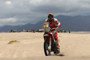 epa05100740 Portuguese Paulo Goncalves of Honda in action during the 10th stage of Rally Dakar 2016, between Belen and La Rioja localities, Argentina, 13 January 2016. EPA/Nicolas Aguilera