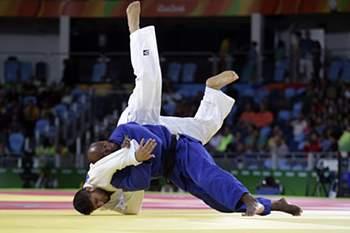 O judoca português Jorge Fonseca (D) em ação contra o afegão M. T. Bakhshi, na prova de judo - 100 Kg dos Jogos Olímpicos Rio 2016, disputada no Rio de Janeiro, Brasil, 11 de agosto de 2016. A XXI edição dos Jogos Olímpicos da Era Moderna, decorrem no Brasil entre os dias 06 e 21 de agosto. ANTÓNIO COTRIM/LUSA
