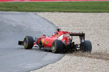 epa04996321 Finnish Formula One driver Kimi Raikkonen of Scuderia Ferrari drives back onto the track after crashing into the wall during the 2015 United States Formula One Grand Prix, at the Circuit of the Americas, in Austin, Texas, USA, 25 October 2015. EPA/SRDJAN SUKI