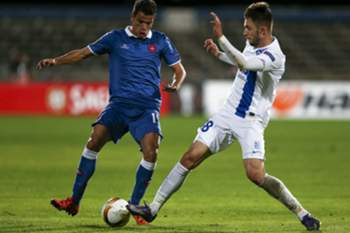 epa05043149 Belenenses´s Andre Geraldes (L) vies for the ball with KKS Lech Poznan´s Dariusz Formella during the UEFA Europa League Group I match at Restelo Stadium in Lisbon, Portugal, 26th November 2015. J EPA/JOSE SENA GOULAO