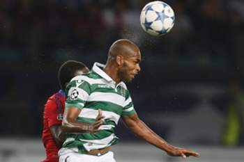 epa04899571 Naldo (Front) of Sporting in action against Seydou Doumbia of CSKA Moscow during the UEFA Champions League play-off round second leg soccer match between CSKA Moscow and Sporting in Khimki, outside Moscow, Russia, 26 August 2015. EPA/YURI KOCHETKOV