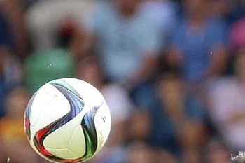 Tiago Rodrigues (E) do Marítimo disputa a bola com Bruno Nascimento do Tondela durante o jogo da Primeira Liga de Futebol disputado no Estádio dos Barreiros, Funchal, 27 de Setembro de 2015. GREGÓRIO CUNHA/LUSA