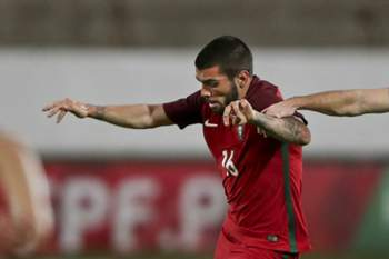 Portugal's Pedro Rebocho (L) fights for the ball with Czech Republic Stanislav Klobasa (R) during their preparation match for the UEFA Under 21 Euro 2017 in Poland, this afternoon at Bonfim Stadium in Setubal Portugal, 11 of November 2016 MIGUEL A. LOPES/LUSA