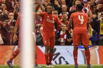 epa05291116 Liverpool's Daniel Sturridge (C) celebrates after scoring the 2-0 lead with Liverpool's Kolo Toure (R) during the UEFA Europa League semi final second leg soccer match between Liverpool FC vs FC Villarreal at Anfield in Liverpool, Britain, 05 May 2016. EPA/PETER POWELL