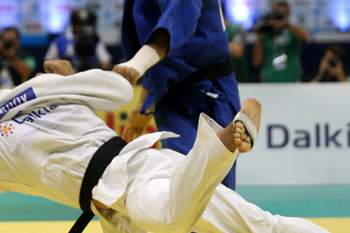 epa03845744 Elkhan Mammadov (L) of Azerbaiyán fights against Henk Grol (R) of Netherlands during a fight in the men's category of more than 100 kilograms in the Judo World Championships in Rio de Janeiro, Brazil, 31 August 2013. EPA/Antonio Lacerda EPA/Antonio Lacerda