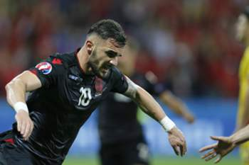 epa05378077 Armando Sadiku of Albania celebrates scoring the opening goal during the UEFA EURO 2016 group A preliminary round match between Romania and Albania at Stade de Lyon in Lyon, France, 19 June 2016. (RESTRICTIONS APPLY: For editorial news reporting purposes only. Not used for commercial or marketing purposes without prior written approval of UEFA. Images must appear as still images and must not emulate match action video footage. Photographs published in online publications (whether via the Internet or otherwise) shall have an interval of at least 20 seconds between the posting.) EPA/ROBERT GHEMENT EDITORIAL USE ONLY