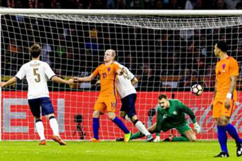 epa05875988 Italy's Leonardo Bonucci (C) scores the 2-1 lead against Dutch goalkeeper Jeroen Zoet (2-R) during an international friendly soccer match between the Netherlands and Italy in the Amsterdam ArenA stadium in Amsterdam, Netherlands, 28 March 2017.