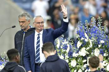 epa05811315 (FILE) - A file picture dated 07 May 2016 shows Leicester's manager Claudio Ranieri (R) wave next to Italian tenor Andrea Bocelli (L) on stage before the English Premier League match between Leicester City and Everton at the King Power stadium Leicester in Leicester, Britain. Italian manager Claudio Ranieri has been sacked by Leicester City, the English Premier League side confirmed on 23 February 2017. EPA/SIMON KIMBER EDITORIAL USE ONLY. No use with unauthorized audio, video, data, fixture lists, club/league logos or 'live' services. Online in-match use limited to 75 images, no video emulation. No use in betting, games or single club/league/player publications *** Local Caption *** 52742399