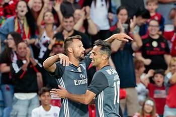 O jogadordo Benfica, Seferovic (E), festeja com o seu colega de equipa, Jonas, após a marcação de um golo contra o Bétis durante o jogo de preparação, no Estádio Algarve, Faro, 20 de julho de 2017. RICARDO NASCIMENTO/LUSA