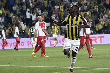 Emmanuel Emenike celebra um golo do Fenerbahçe sobre o Mónaco.