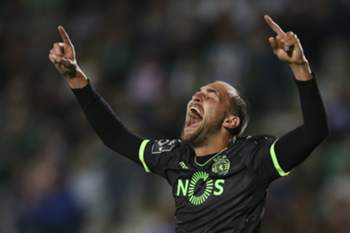Sporting's Bas Dost celebrates after scoring the third goal against Vitoria de Setubal during the Portuguese First League soccer match at Bonfim Stadium, in Setubal, Portugal, 14 April 2017. MARIO CRUZ/LUSA