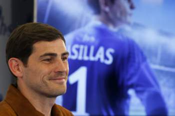 epa05265936 Porto's goalkeeper Iker Casillas during an advertising campaign event in Madrid, Spain, 18 April 2016. EPA/JUAN CARLOS HIDALGO