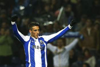 FC Porto's Spanish forward Cristian Tello celebrates after scoring the 2-0 lead during the Portuguese First League soccer match between FC Porto and Sporting Lisbon at Dragao stadium in Porto, Portugal, 01 March 2015. ESTELA SILVA/LUSA