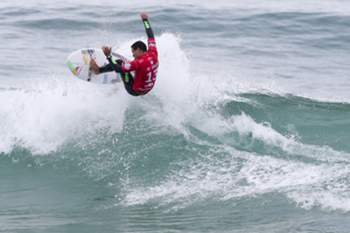 Brazilian surfer Adriano de Souza in action during his Round Three Heat at the Moche Rip Curl Pro Portugal, the portuguese event of the World Surf League (WSL) Samsung Galaxy Championsip Tour at Supertubos Beach in Peniche, Portugal, 25 October 2015. The wating period for the event runs untill 31 October. JOSÉ SENA GOULÃO/LUSA