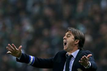 The head coach of FC Porto Julen Lopetegui reacts during the Portuguese First League match against Sporting Lisbon held at Alvalade Stadium in Lisbon, Portugal, 02 January 2016. JOSE SENA GOULAO/LUSA