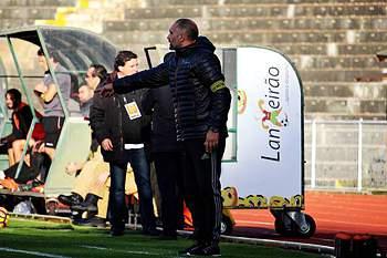 Agostinho Bento dá indicações durante um jogo do Fafe.